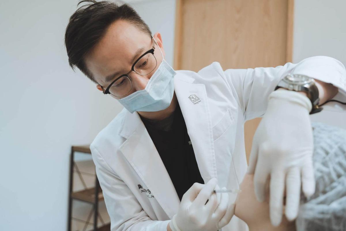鄭黃中宇醫師施打針劑