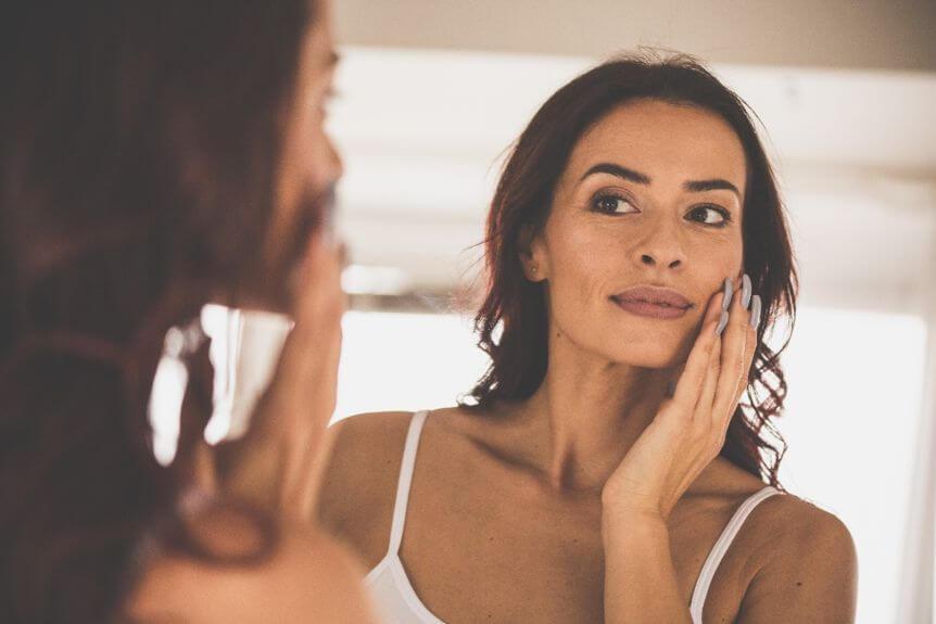 女人照鏡子